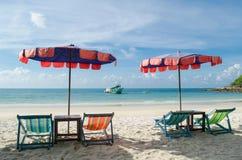 Δύο καρέκλες και ομπρέλα είναι στο νησί Samed παραλιών σε Thail Στοκ Φωτογραφία