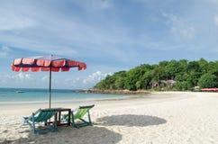 Δύο καρέκλες και ομπρέλα είναι στο νησί Samed παραλιών σε Thail Στοκ εικόνα με δικαίωμα ελεύθερης χρήσης