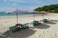 Δύο καρέκλες και ομπρέλα είναι στο νησί Samed παραλιών σε Thail Στοκ Εικόνα