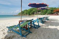 Δύο καρέκλες και ομπρέλα είναι στο νησί Samed παραλιών σε Thail Στοκ Φωτογραφίες