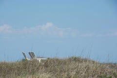 Δύο καρέκλες παραλιών στους αμμόλοφους Στοκ φωτογραφία με δικαίωμα ελεύθερης χρήσης