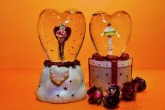 Δύο καρδιές γυαλιού με τους αστείους αριθμούς μιας γάτας και ενός cupcake μέσα στοκ εικόνες