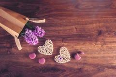Δύο καρδιές κάνναβης, macarons και λουλούδια υάκινθων στην τσάντα eco στοκ εικόνες
