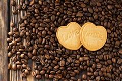 Δύο καρδιές μπισκότων με την αγάπη λέξης Στοκ Εικόνες