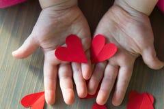 Δύο καρδιές στα χέρια παιδιών στοκ εικόνα με δικαίωμα ελεύθερης χρήσης
