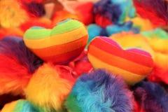 Δύο καρδιές του χρώματος της ομοφυλοφιλικής σημαίας σε ένα πολύχρωμο υπόβαθρο Έννοια LGBT στοκ εικόνες με δικαίωμα ελεύθερης χρήσης
