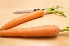 Δύο καρότα και ένα μαχαίρι Στοκ εικόνα με δικαίωμα ελεύθερης χρήσης