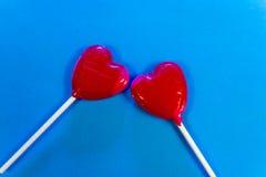 Δύο καρδιά-διαμορφωμένο Lollipops Στοκ φωτογραφία με δικαίωμα ελεύθερης χρήσης