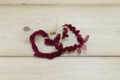 Δύο καρδιές έκαναν μας της κόκκινης δαντέλλας Στοκ Φωτογραφία