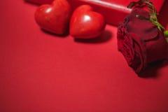 Δύο καρδιές και κόκκινος αυξήθηκαν στο υπόβαθρο βαλεντίνος ημέρας s Στοκ φωτογραφία με δικαίωμα ελεύθερης χρήσης