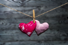 Δύο καρδιές μαζί στο ξύλινο υπόβαθρο Στοκ Εικόνες