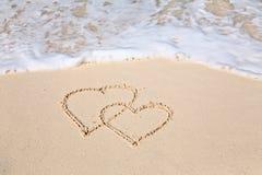 Δύο καρδιές που επισύρονται την προσοχή στην άμμο παραλιών Στοκ φωτογραφίες με δικαίωμα ελεύθερης χρήσης