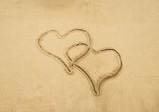 Δύο καρδιές που σύρονται στην παραλία Στοκ Εικόνες