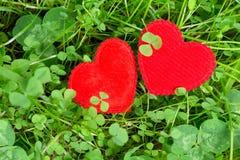 Δύο καρδιές σε ένα λιβάδι Στοκ εικόνα με δικαίωμα ελεύθερης χρήσης