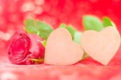 Δύο καρδιές σοκολάτας με αυξήθηκαν στην καλή ανασκόπηση Στοκ εικόνα με δικαίωμα ελεύθερης χρήσης