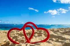 Δύο καρδιές στην αμμώδη παραλία Στοκ Εικόνα