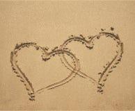 Δύο καρδιές στην αμμώδη παραλία Στοκ φωτογραφία με δικαίωμα ελεύθερης χρήσης