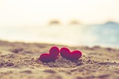 Δύο καρδιές στη θερινή παραλία Στοκ εικόνες με δικαίωμα ελεύθερης χρήσης