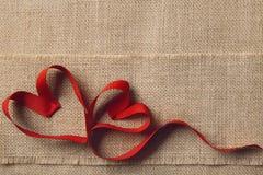 Δύο καρδιές, Sackcloth Burlap υπόβαθρο Ημέρα βαλεντίνων, έννοια γαμήλιας αγάπης Στοκ εικόνες με δικαίωμα ελεύθερης χρήσης