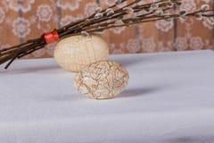Δύο κατασκευασμένες άσπρες αυγά Πάσχας και δέσμη των κλάδων ιτιών Στοκ φωτογραφίες με δικαίωμα ελεύθερης χρήσης