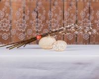 Δύο κατασκευασμένες αυγά Πάσχας και δέσμη των κλάδων ιτιών Στοκ Φωτογραφίες