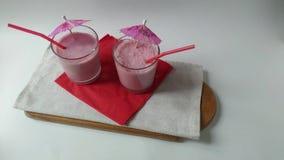 Δύο καταφερτζήδες φρούτων γυαλιών milkshake που καταγράφουν φιλμ μικρού μήκους