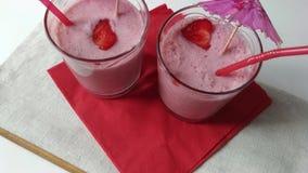 Δύο καταφερτζήδες φρούτων γυαλιών milkshake που κινούνται κάτω φιλμ μικρού μήκους