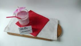 Δύο καταφερτζήδες φρούτων γυαλιών milkshake που παίρνουν μαζί απόθεμα βίντεο