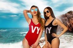 Δύο καυτά κορίτσια που θέτουν στην παραλία Στοκ φωτογραφία με δικαίωμα ελεύθερης χρήσης