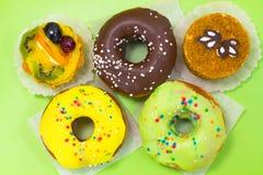 Δύο καφετιά και στρογγυλά κέικ donuts βερνικωμένος Στοκ φωτογραφίες με δικαίωμα ελεύθερης χρήσης
