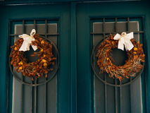 Δύο καφετιά στεφάνια με τα τόξα στις πράσινες πόρτες Στοκ Εικόνα