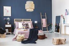 Δύο καλάθια δίπλα στο κρεβάτι Στοκ εικόνες με δικαίωμα ελεύθερης χρήσης