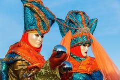 Δύο καλυμμένα άτομα σε καρναβάλι της Βενετίας στοκ εικόνα