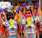 Δύο καλυμμένοι χορευτές σε έναν ναό καρναβάλι στην Ταϊβάν Στοκ Εικόνες