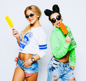 Δύο καλύτερες φίλες που έχουν το παγωτό μαζί στο εσωτερικό Κλείστε επάνω των νέων γυναικών που τρώνε το παγωτό και που γελούν, έχ Στοκ Εικόνες