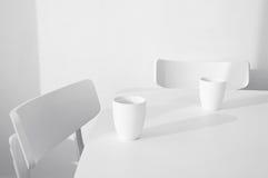 Δύο κενές καρέκλες με δύο κούπες Στοκ φωτογραφία με δικαίωμα ελεύθερης χρήσης