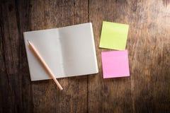 Δύο κενό ζωηρόχρωμο κολλώδες σημειώσεις και σημειωματάριο και μολύβι Στοκ Φωτογραφίες