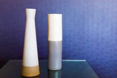 Δύο κεραμικά βάζα σε έναν πίνακα γυαλιού Στοκ φωτογραφία με δικαίωμα ελεύθερης χρήσης