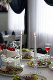Δύο κεριά, εστιατόριο πίνακας, τρόφιμα, ποτά Στοκ Φωτογραφίες