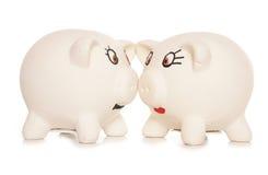 Δύο κεφάλια είναι μαζί καλύτερα από τις piggy τράπεζες ένα Στοκ φωτογραφίες με δικαίωμα ελεύθερης χρήσης