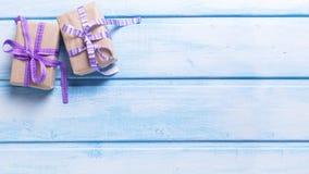 Δύο κιβώτια δώρων με παρουσιάζουν στο μπλε χρωματισμένο ξύλινο υπόβαθρο Στοκ φωτογραφία με δικαίωμα ελεύθερης χρήσης