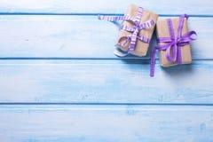 Δύο κιβώτια δώρων με παρουσιάζουν στο μπλε χρωματισμένο ξύλινο υπόβαθρο Στοκ εικόνα με δικαίωμα ελεύθερης χρήσης