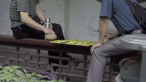 Δύο κινεζικά άτομα που παίζουν ένα κινεζικό επιτραπέζιο παιχνίδι απόθεμα βίντεο