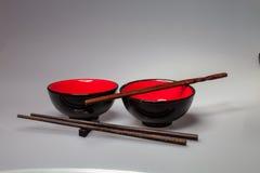 Δύο κινεζικά κύπελλα ρυζιού με τα ραβδιά, Στοκ Εικόνες