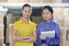 Δύο κινεζικό θηλυκό εργαζόμενοι στην αποθήκη εμπορευμάτων στοκ φωτογραφίες με δικαίωμα ελεύθερης χρήσης