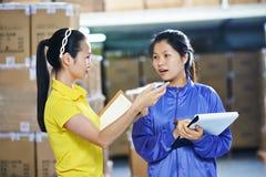 Δύο κινεζικό θηλυκό εργαζόμενοι στην αποθήκη εμπορευμάτων στοκ εικόνα με δικαίωμα ελεύθερης χρήσης