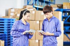 Δύο κινεζικό θηλυκό εργαζόμενοι στην αποθήκη εμπορευμάτων στοκ εικόνες με δικαίωμα ελεύθερης χρήσης