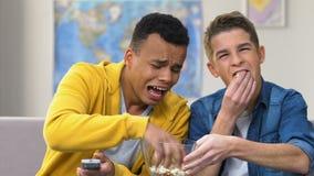 Δύο κινηματογράφος κωμωδίας προσοχής γέλιου εφήβων στη TV, στέκεται επάνω την απόδοση, κωμική σειρά απόθεμα βίντεο