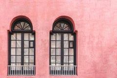 Δύο κλασικά μαύρα παράθυρα στο ρόδινο τοίχο με το διάστημα αντιγράφων στοκ φωτογραφία με δικαίωμα ελεύθερης χρήσης