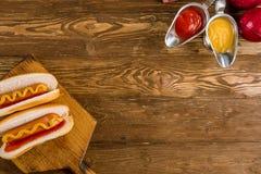 Δύο κλασικά χοτ-ντογκ με το κέτσαπ και τη μουστάρδα Στοκ εικόνες με δικαίωμα ελεύθερης χρήσης